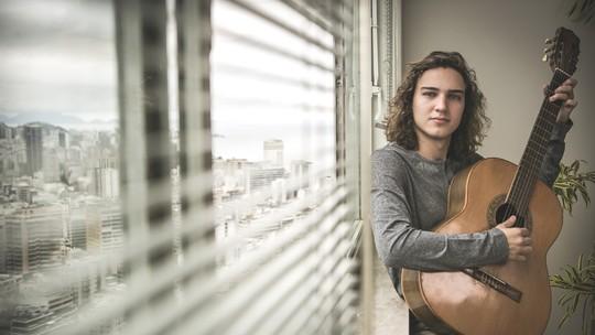 Tom Karabachian sonha em fazer show como músico: 'Compor, cantar e tocar faz parte da minha vida'