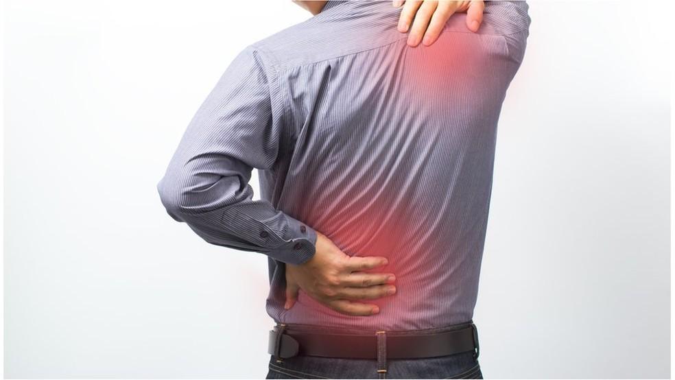 Estudos apontam que relatos de dores persistentes nas articulações e nos músculos são comuns em pacientes com a chamada Covid longa — Foto: Getty Images por BBC
