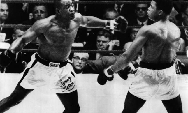 Muhammad Ali esquivando dos golpes do