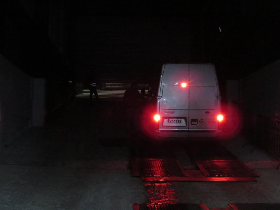 Veículos ficaram presos no estacionamento até que a situação se acalmasse do lado de fora (Foto: Fernando Freire)