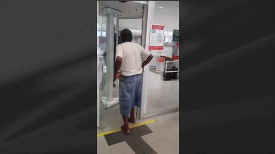 Aposentado fica de cueca para entrar em agência bancária no Rio