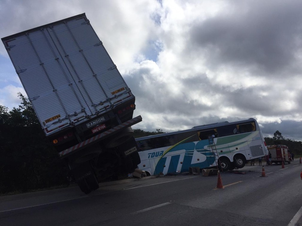 Ônibus com sub-15 do Bahia se envolve em Acidente; 25 pessoas feridas e um morto 3