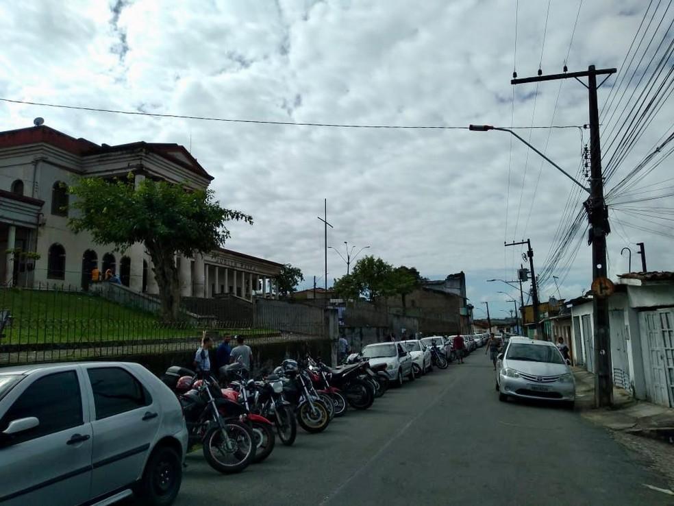 Fila de carros e motos lota ruas durante concurso público em Rio Largo, Alagoas — Foto: Carolina Sanches/G1