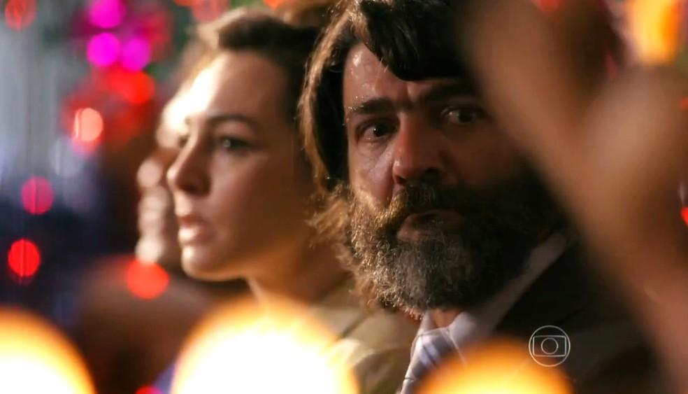 Dom Rafael (Cesar Troncoso) fica indignado com atitude de Cristal (Moro Anghileri), em 'Flor do Caribe' — Foto: Globo