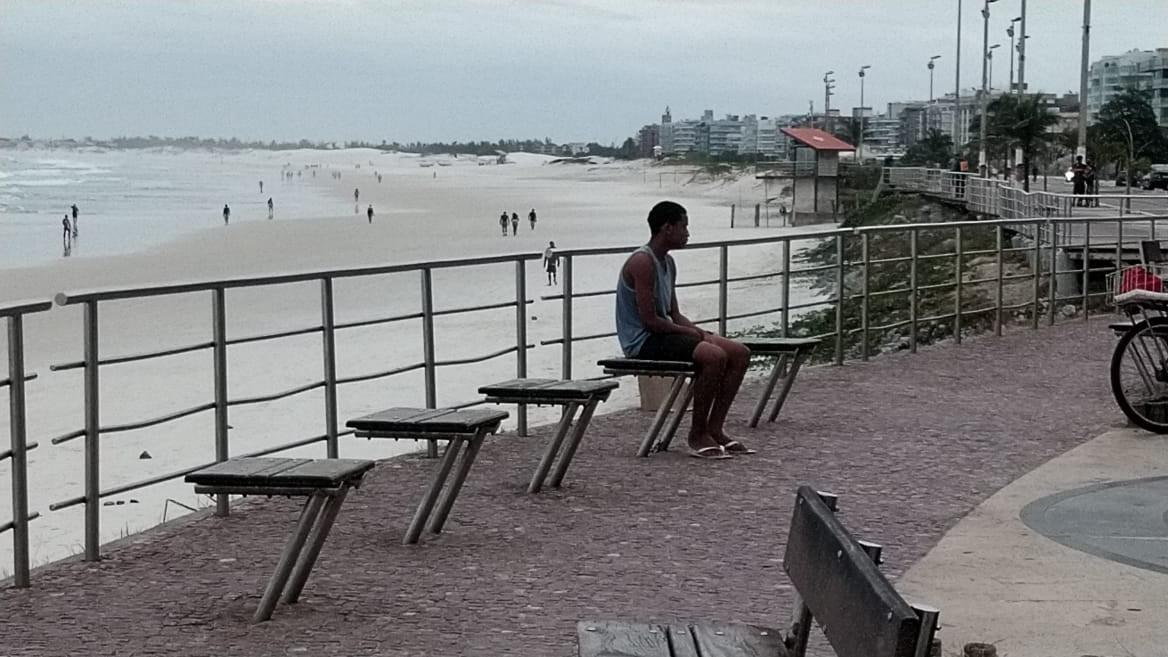 Surfistas voltam ao mar e ambulantes limpam barracas após flexibilização em Cabo Frio, no RJ