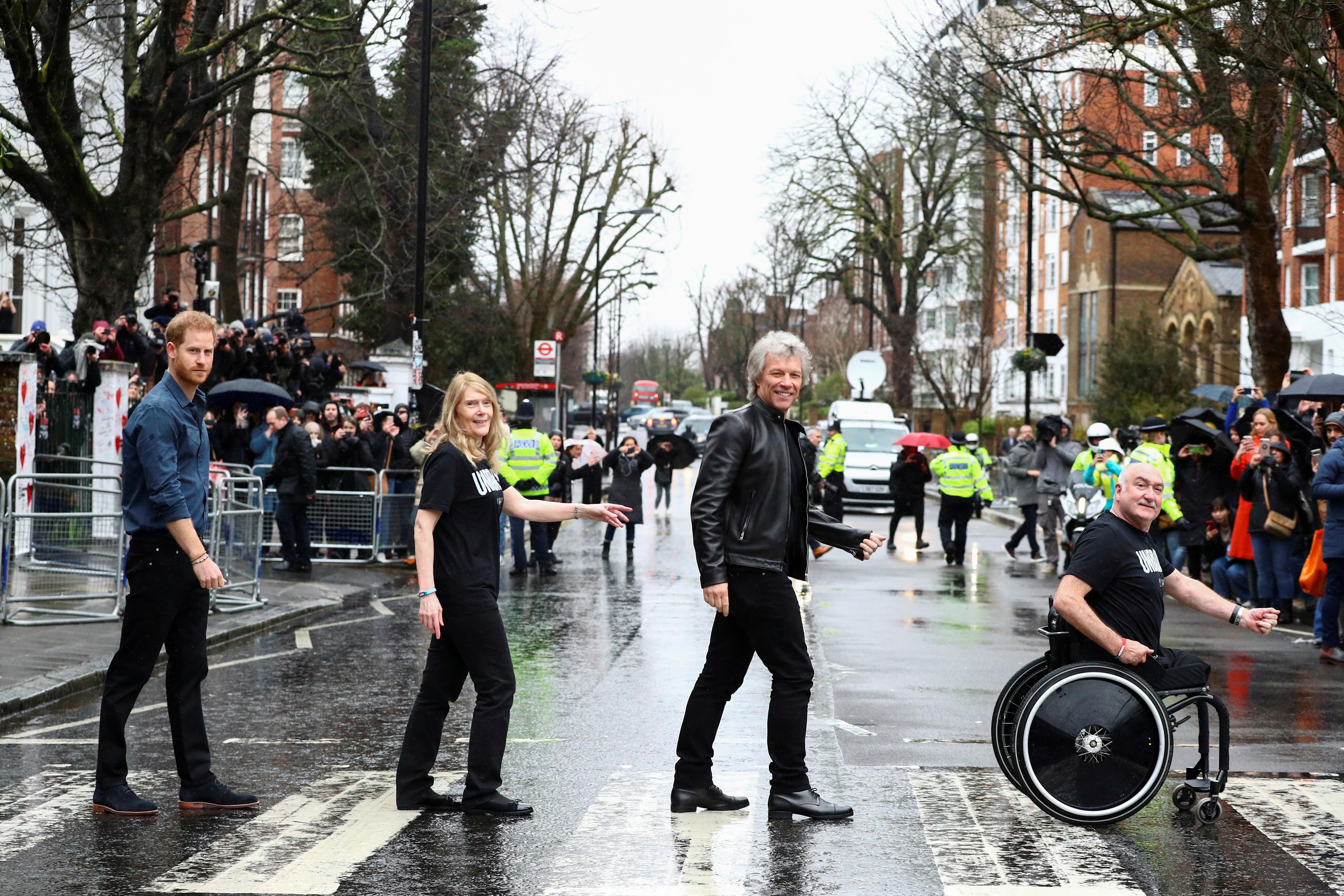 Príncipe Harry e Jon Bon Jovi recriam capa de disco dos Beatles em Abbey Road