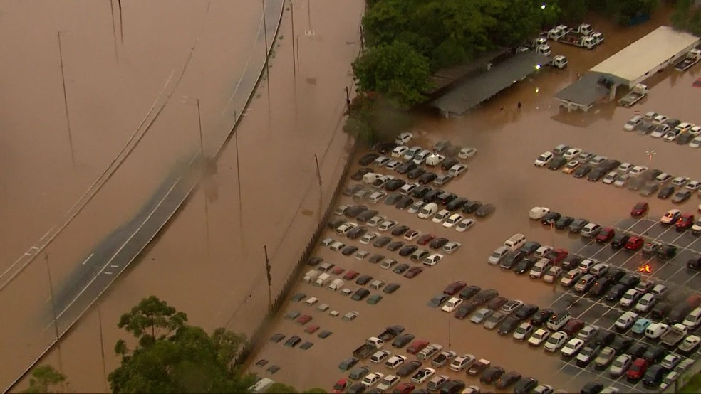Pátio de veículos ficou alagado na Zona Oeste de São Paulo — Foto: Reprodução/TV Globo