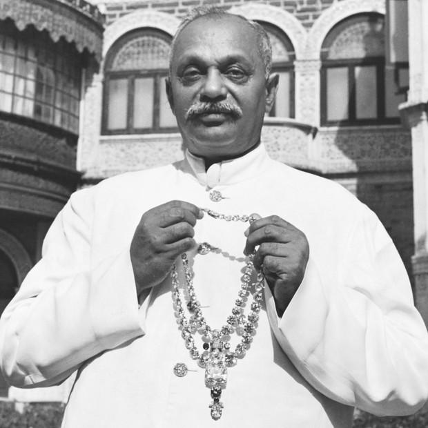 Maharaja de Nawanagare com o colar original (Foto: divulgação)