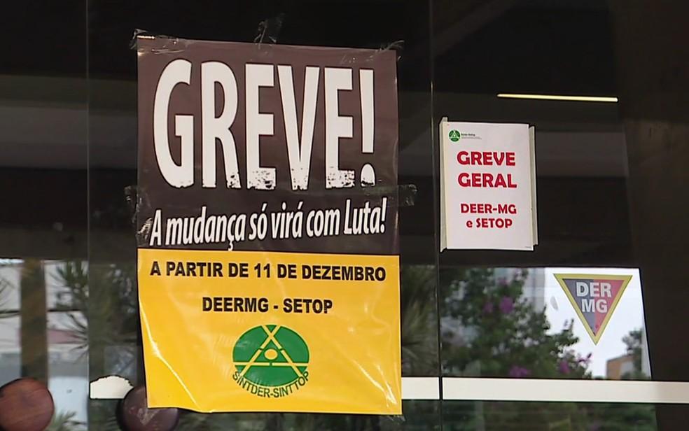 Cartazes anunciam greve dos servidores do DEER em Minas Gerais (Foto: Reprodução/TV Globo)