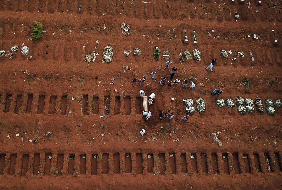 Foto aérea do cemitério de Vila Formosa no dia 23 de março de 2021. — Foto: Picture taken with a drone. REUTERS/Amanda Perobelli