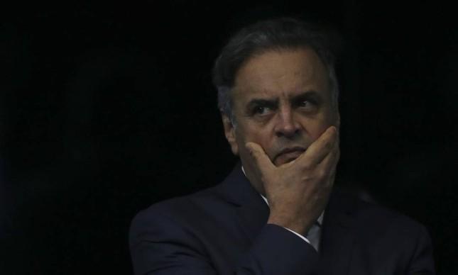 O senador Aécio Neves retorna ao plenário do Senado Federal e faz sua defesa