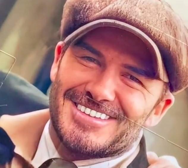 A foto compartilhada pela cantora e estilista Victoria Beckham fazendo piada com os dentes do marido, David Beckham, na foto impressa em um calendário natalino enviada a ela por um fã (Foto: Instagram)