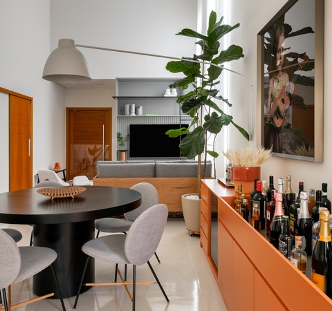 180 m² com tons neutros, bar na sala e lavabo colorido