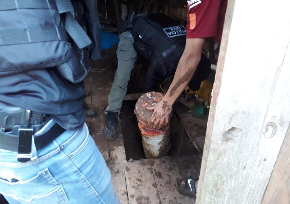 Armas estavam enterradas embaixo de um galpão em uma das casas vistoriadas — Foto: Polícia Civil/Divulgação