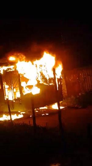 Ônibus pega fogo próximo a residências na Zona Norte de Teresina