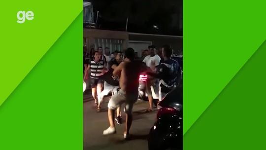 Leandro Carvalho tem carro cercado no entorno do Castelão e discute com torcedores; veja vídeo