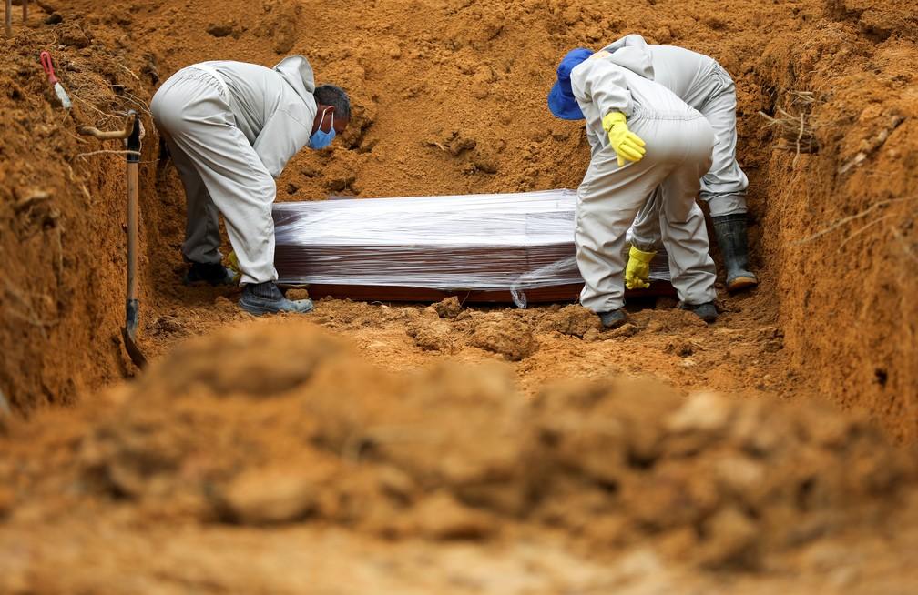 13 de maio - Enterro em Manaus durante pandemia de coronavírus — Foto: Bruno Kelly/Reuters