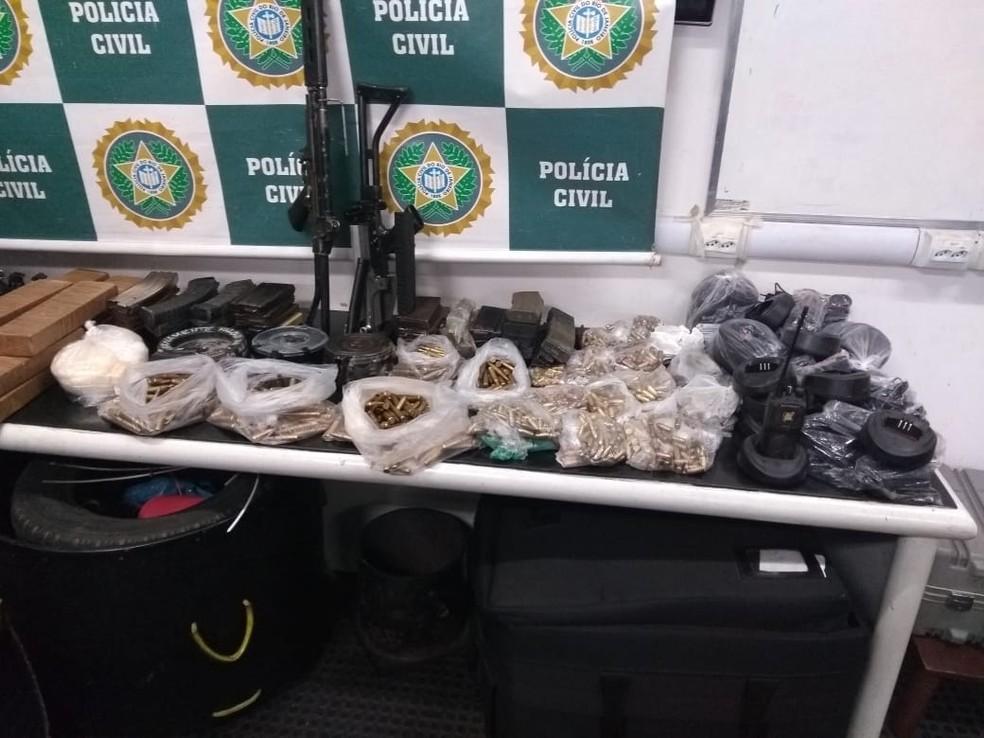 Fuzis e munição estão entre os materiais apreendidos pela Polícia Civil em Vigário Geral (Foto: Divulgação / Polícia Civil)