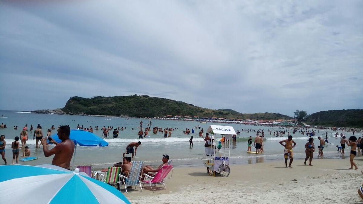 Praia do Peró, em Cabo Frio, RJ, tem mutirão de limpeza em ação pela certificação da Bandeira Azul