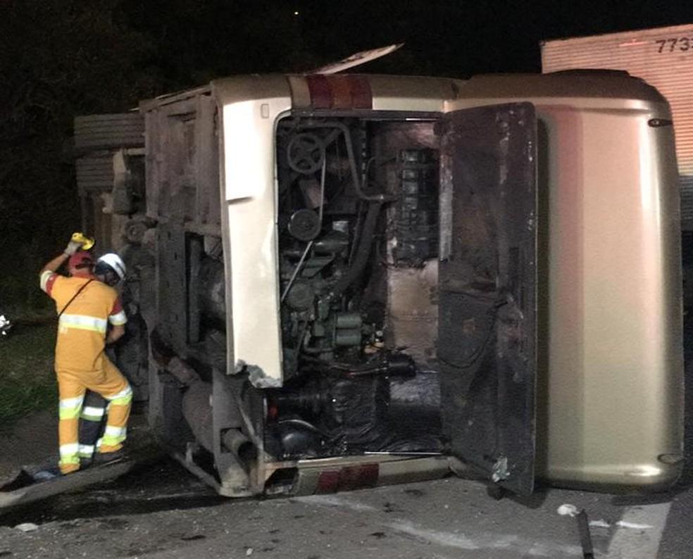Ônibus bateu em carreta que seguia na pista contrária: suspeita é que pneu estourado causou acidente — Foto: Priscila Mota/TV TEM