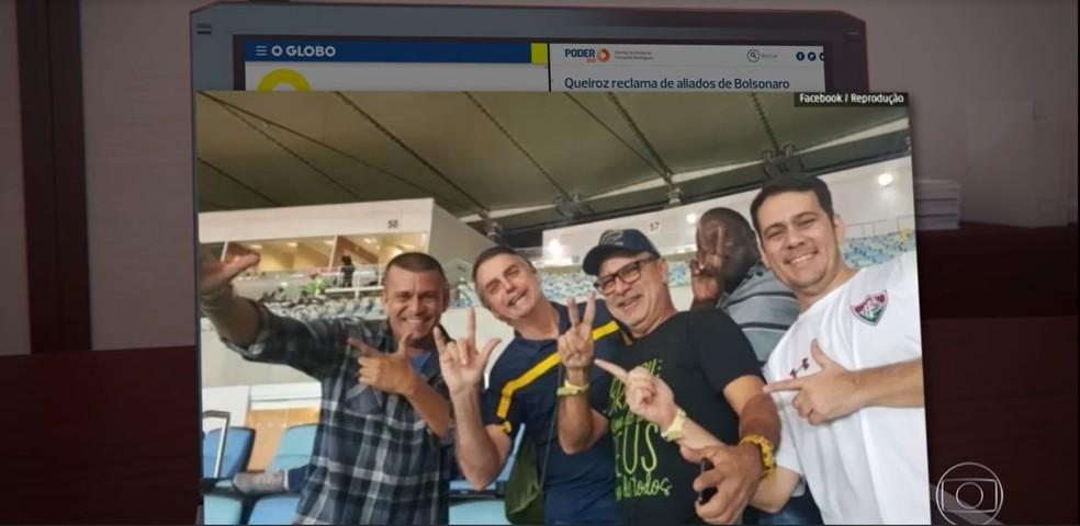 Foto publicada por Fabrício Queiroz com Bolsonaro e assessores em rede social — Foto: TV Globo/Reprodução