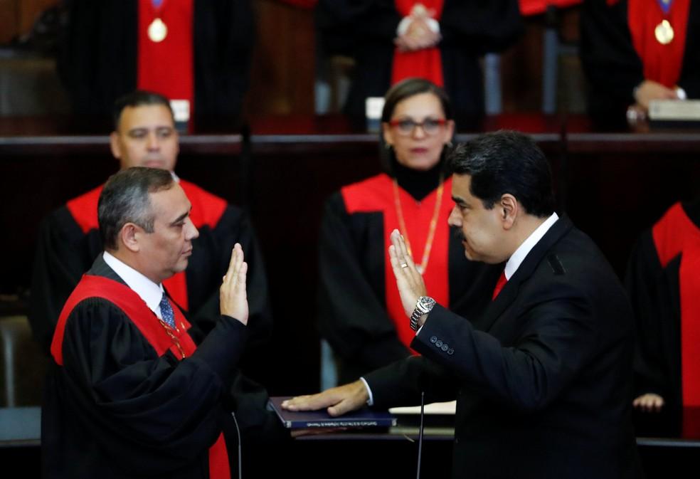 Nicolás Maduro presta juramento no Supremo Tribunal da Venezuela durante cerimônia de posse nesta quinta-feira (10) — Foto: Carlos Garcia Rawlins/Reuters