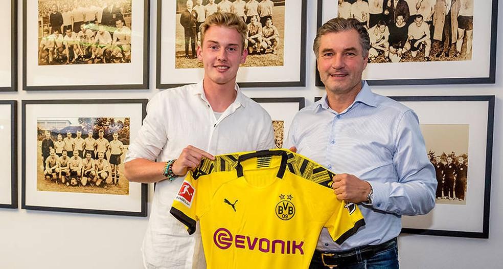 Julio Brandt posa com a camisa do Borussia Dortmund — Foto: Reprodução