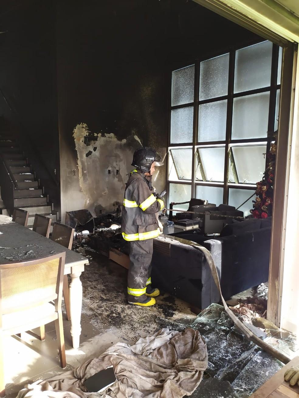 Incêndio na casa do prefeito de Arapiraca destruiu móveis — Foto: Ascom/Bombeiros