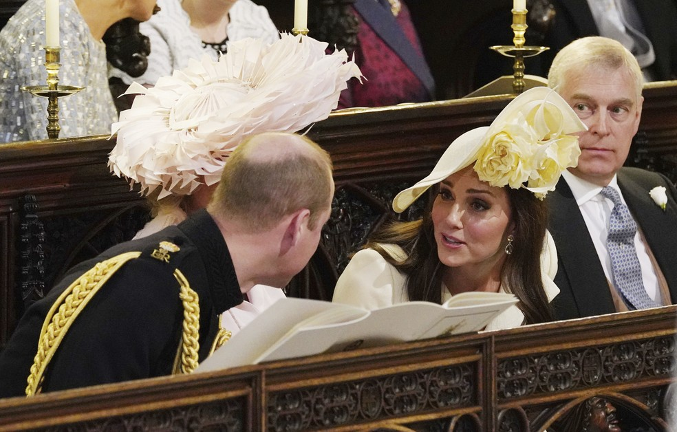 -  Kate Middleton conversa com Príncipe William durante casamento de Harry e Meghan  Foto: Jonathan Brady/pool photo via AP