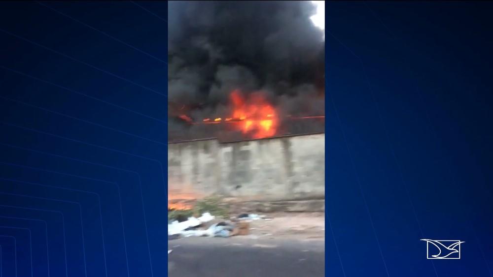 Incêndio atinge terreno dentro da Universidade Federal do Maranhão, em São Luís — Foto: Reprodução / TV Mirante