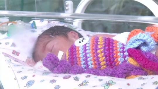 Polvinhos de crochê mudam quadro de bebês na UTI Neonatal de Resende, RJ