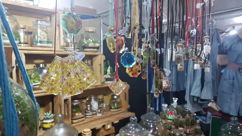 Feira do Mineirinho é realizada desde 2003, com exposição de produtos como artesanatos, comida, roupas, móveis. — Foto: Thaís Leocádio/G1