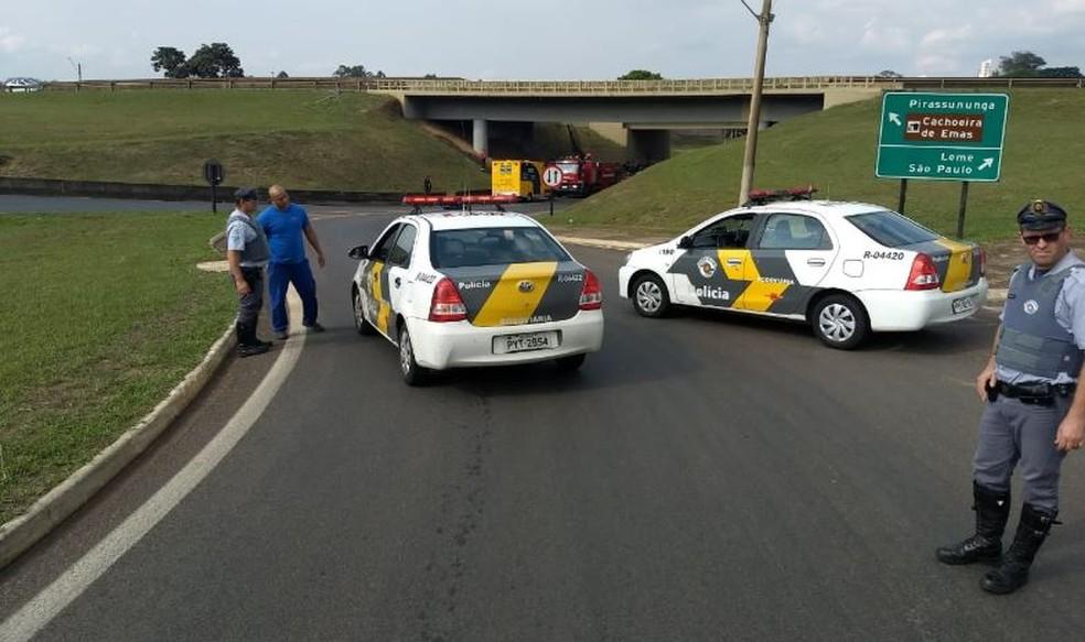 Casal ficou gravemente ferido após veículo cair de viaduto em cima de caminhão na SP-330 — Foto: Reporter Naressi