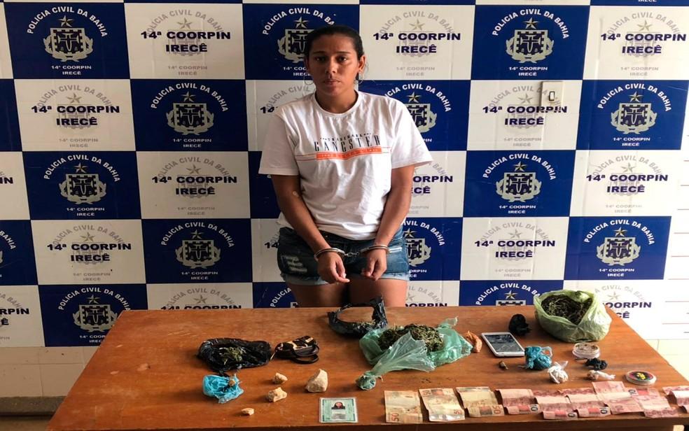Mulher foi presa em suposto ponto de venda de drogas (Foto: Ascom/Polícia Civil)