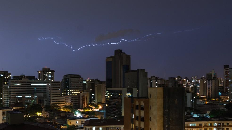 Raios podem atingir o solo mesmo sem formações de tempestades aparentes — Foto: Antonio Salaverry/Arquivo pessoal