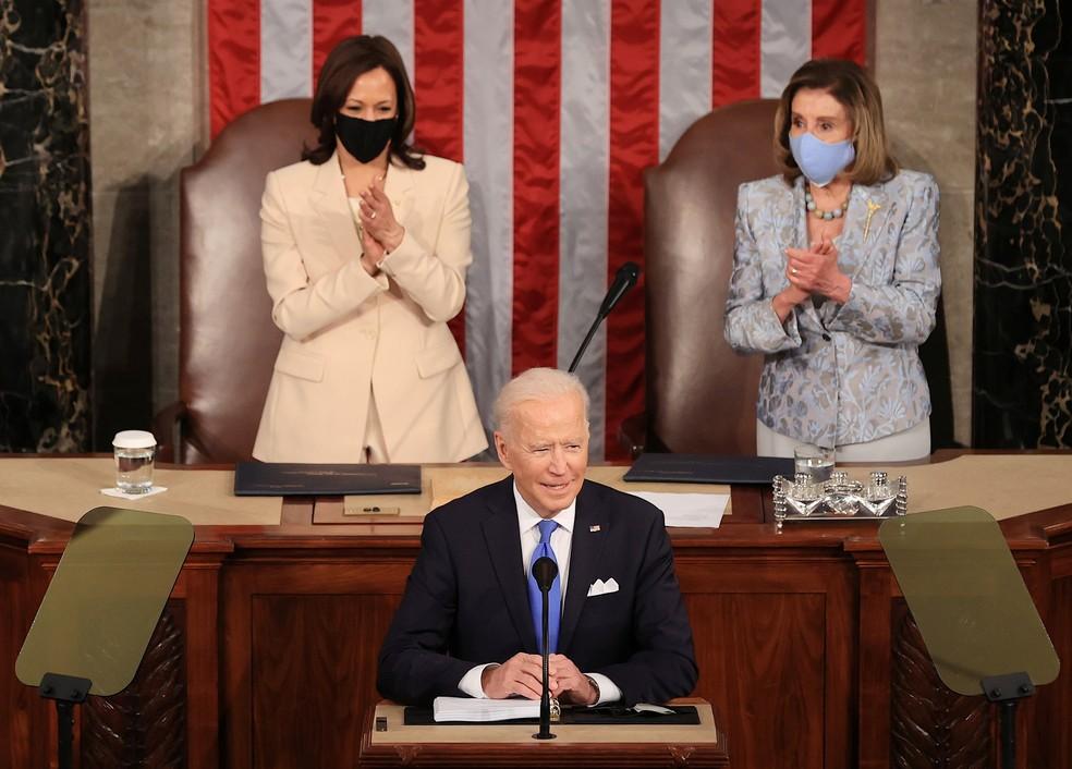 O presidente dos EUA, Joe Biden, diante de Kamala Harris e Nancy Pelosi no 1º discurso ao Congresso americano. — Foto: Chip Somodevillaat/Pool via REUTERS