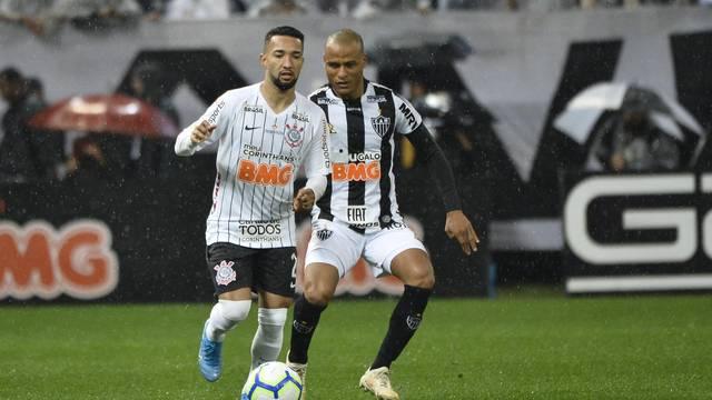 Clayson, do Corinthians, e Patric, do Atlético-MG, na partida deste domingo