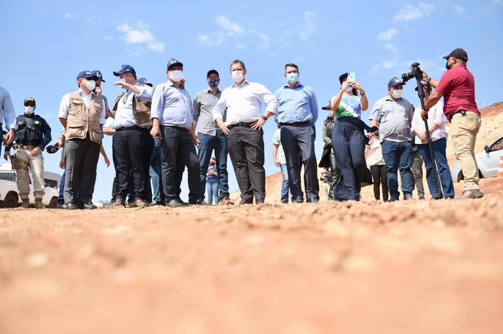 Ministro Tarcísio Gomes de Freitas em visita a obras em BR de Mato Grosso do Sul — Foto: Ricardo Botelho / Minfra