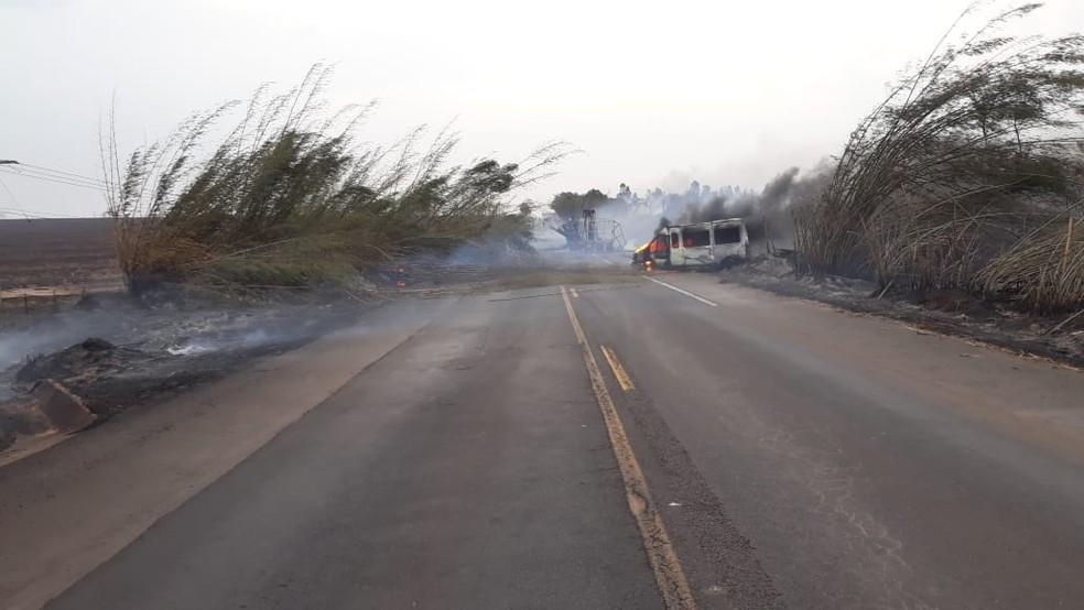 Seis pessoas morreram carbonizadas na SP-284, em Martinópolis — Foto: Compdec
