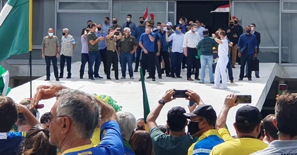 O presidente Jair Bolsonaro e ministros no Palácio do Planalto durante ato pró-governo — Foto: Pedro Borges / TV Globo
