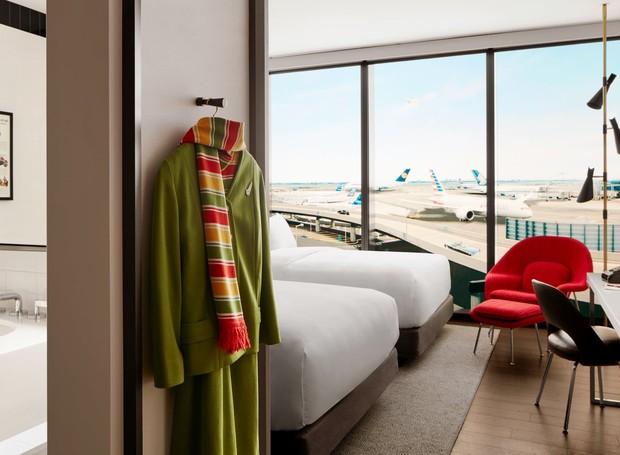 As grandes janelas dos quartos permitem visão para a pista de aterrizagem e decolagem (Foto: David Mitchell/ Reprodução)