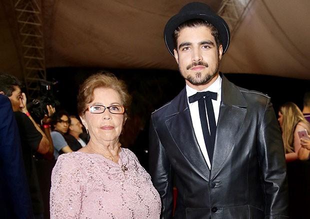 Caio Castro leva avó como acompanhante para premiação (Foto: Manuela Scarpa/Brazil News)