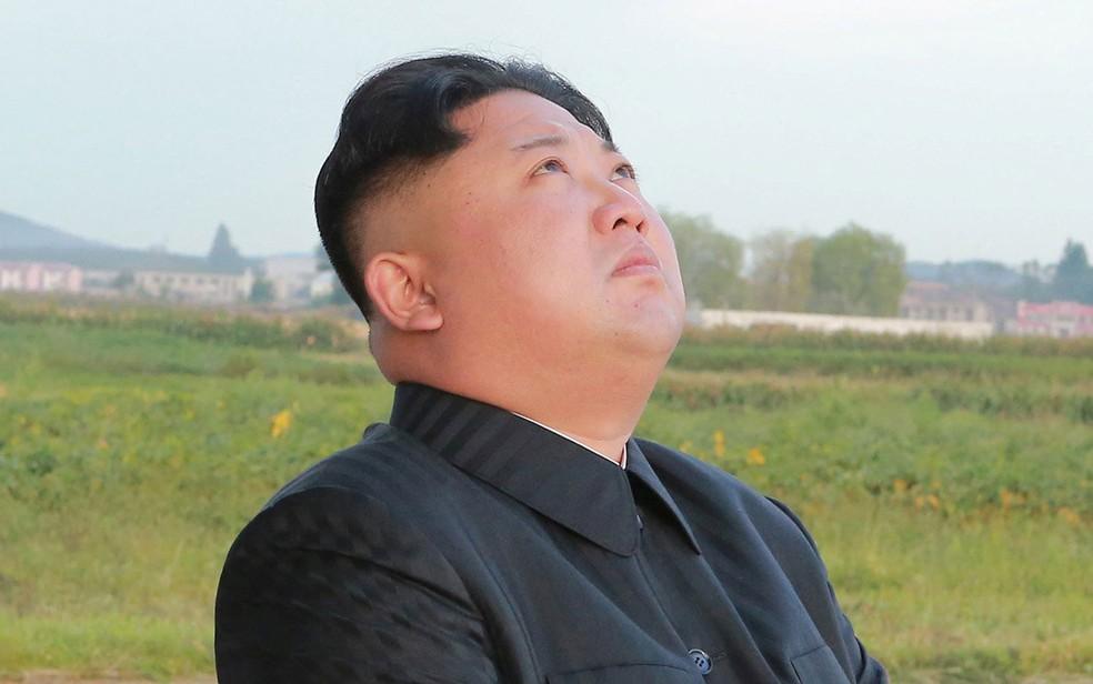 O líder norte-coreano Kim Jong-un observa o lançamento de um míssil Hwasong-12 em foto não datada divulgada no sábado (16, horário local) pela agência KCNA (Foto: KCNA via Reuters)