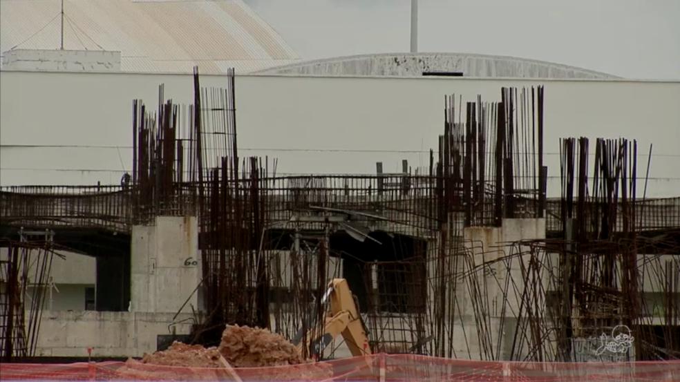 Obras do Aeroporto de Fortaleza viraram amontoado de ferro e concreto. (Foto: TV Verdes Mares/Reprodução)
