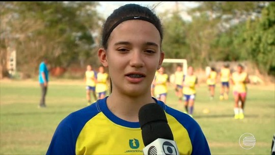 """Promessa da Seleção sub-17 louva Marta: """"Minha heroína não usa capa. Ela usa coroa"""""""