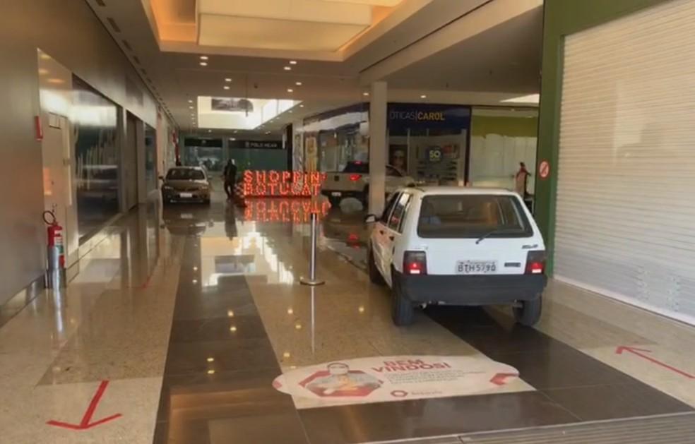 Motoristas dirigem pelos corredores de shopping em Botucatu — Foto: TV TEM/Reprodução