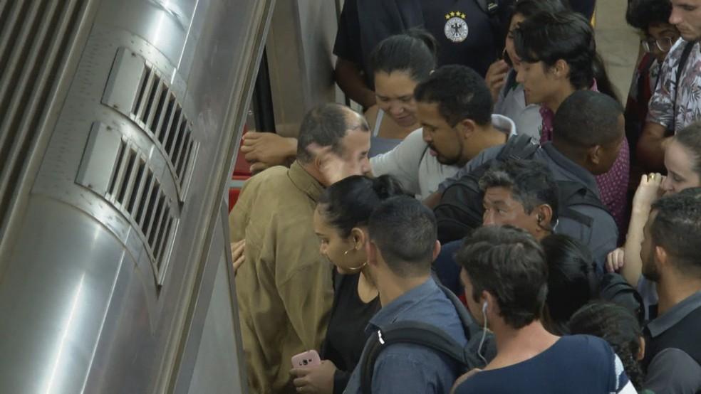 Passageiros enfrentam bilheterias fechadas e tumulto após fim da greve no Metrô-DF — Foto: TV Globo/Reprodução
