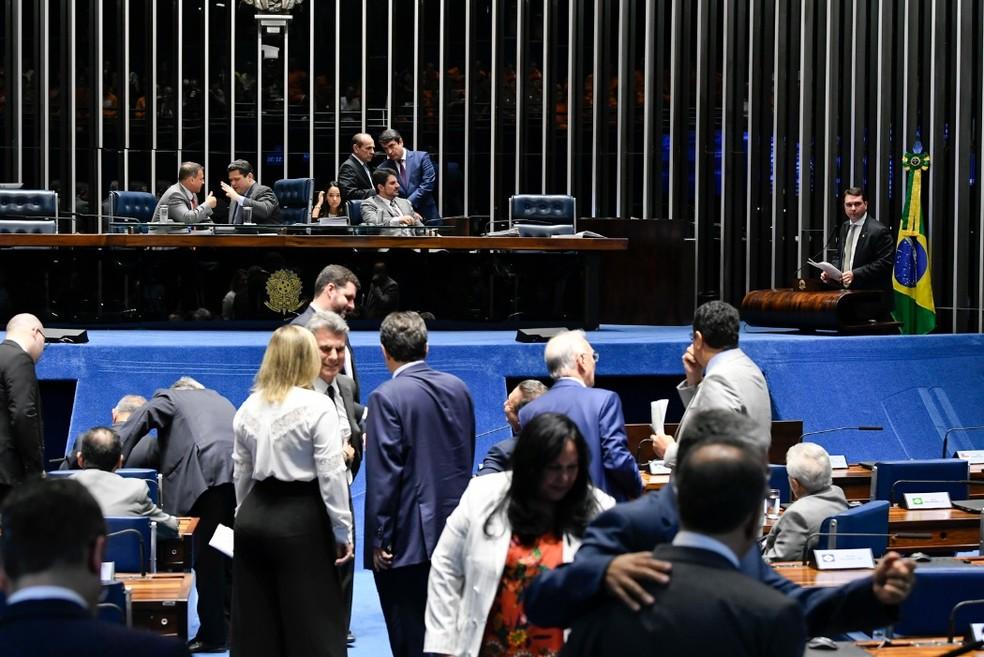 Senadores reunidos no plenário durante a sessão desta segunda-feira (3), destinada à votação da MP que coíbe fraudes no INSS — Foto: Jefferson Rudy/Agência Senado