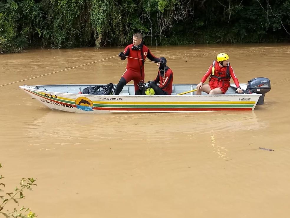 Bombeiros em um barco buscam neste domingo (13) por homem desaparecido no Rio Itajaí do Sul em Ituporanga — Foto: Corpo de Bombeiros/Divulgação
