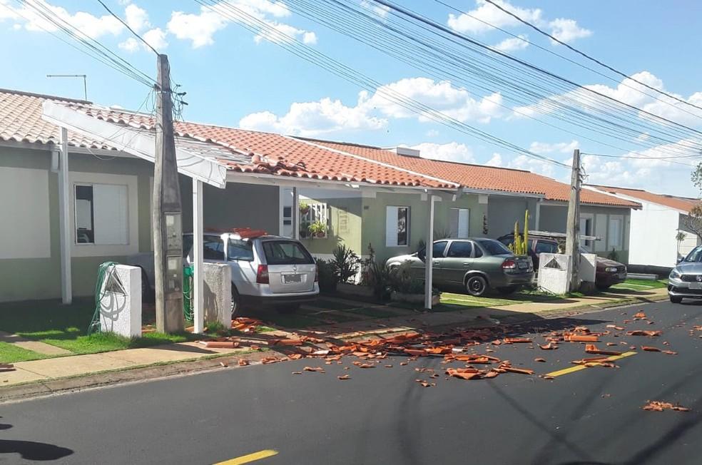 Telhas são arrancadas de casas em condomínio de Uberlândia, suspeita é que destalhamento tenha sido causado por avião — Foto: Condomínio Terra Nova II/Divulgação